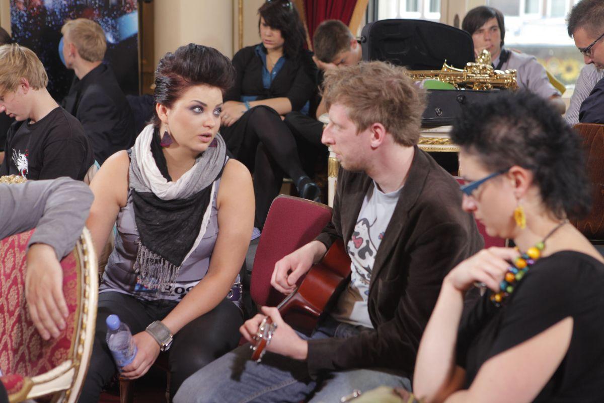Marta Podulka rozmawia z Kubą Jaźwieckim w pokoju oczekiwań